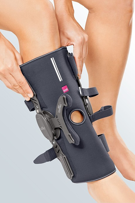 Medi PT control wrap: detail picture of donning the knee brace